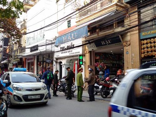 Lực lượng công an phường xử lý trường hợp dừng đỗ xe dưới lòng đường để mua hàng trên phố Hàng Cân, quận Hoàn kiếm