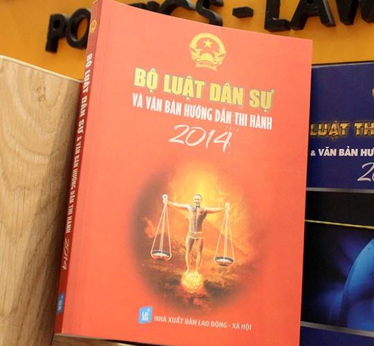 Bìa sách Bộ luật dân sự và văn bản hướng dẫn thi hành 2014 có gương mặt của diễn viên hài Công Lý - Ảnh: M.Hoa