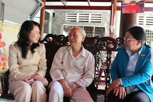 Lãnh đạo LĐLĐ TP hỏi thăm sức khỏe ông Nguyễn Văn Tư, nguyên Chủ tịch Tổng LĐLĐ Việt Nam, nguyên chủ tịch LĐLĐ TP HCM (giữa)
