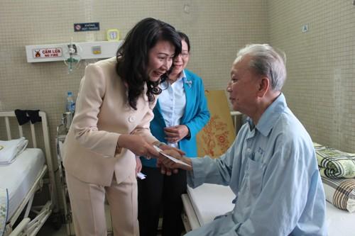 Bà Nguyễn Thị Thu, Chủ tịch LĐLĐ TP, thăm và tặng quà cho ông Mai Văn Bảy, nguyên Chủ tịch LĐLĐ TP tại Bệnh viện Thống Nhất TP HCM.