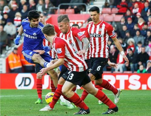 Diego Costa gặp khó khăn trước hàng thủ chủ nhà
