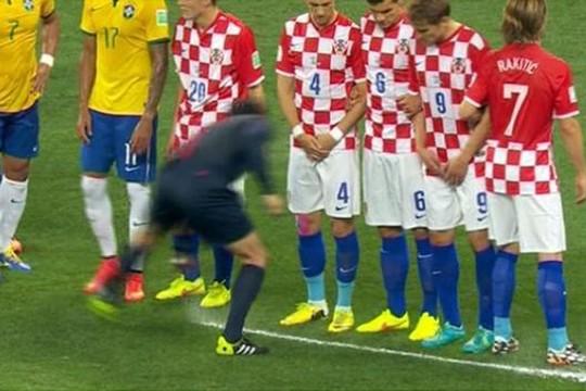 Bình phun bọt tự hủy được áp dụng lần đầu ở một giải đấu chính thức, đó là trận Brazil - Croatia ở World Cup 2014