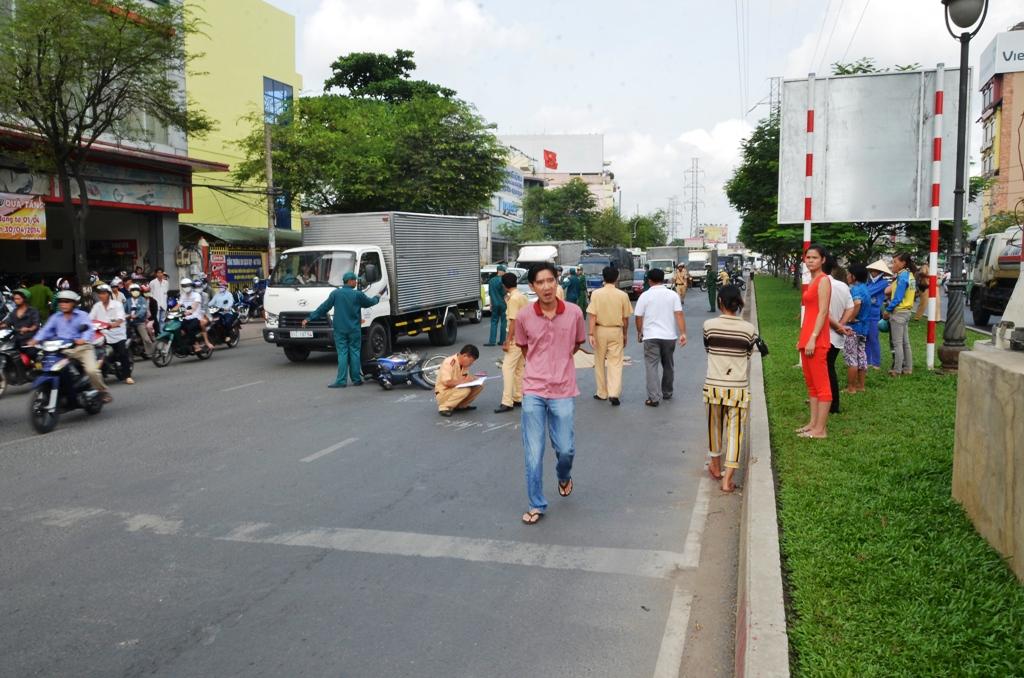 CSGT đang lập biên bản hiện trường vụ tai nạn giao thông khiến một người chết vào sáng 14-4, trên đường Hồng Bàng, phường 9, quận 6 – TPHCM.