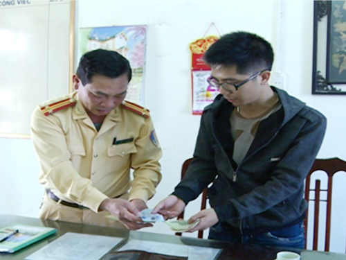 Anh Nguyễn Khải nhận lại tài sản đã đánh rơi từ tay CSGT