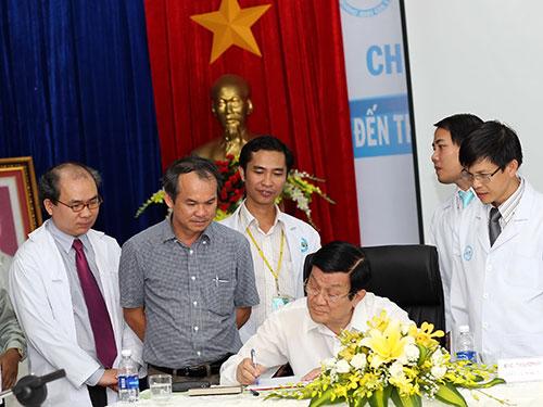 Chủ tịch nước Trương Tấn Sang ký tặng vào sổ truyền thống của BV Đại học  Y Dược - Hoàng Anh Gia Lai Ảnh: Hoàng Lan