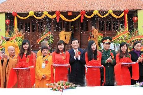 Chủ tịch nước Trương Tấn Sang cắt băng khánh thành chùa Phật Tích Trúc Lâm Bản Giốc. Ảnh: TTXVN