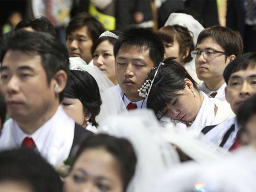 Cô dâu, chú rể ngủ gật trong lễ cưới tập thể tạiCheongshim - Trung tâm Hòa Bình Thế Giới- ngoại ô thủ đô Seoul - Hàn Quốc. Ảnh: AP