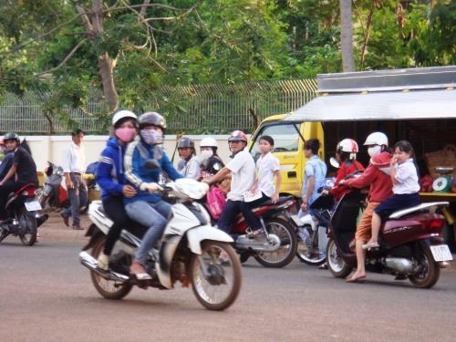 Người dân hiếu kỳ dừng lại trên đường để xem đám cưới đồng tính đầu tiên tại thị xã Đồng Xoài, tỉnh Bình Phước