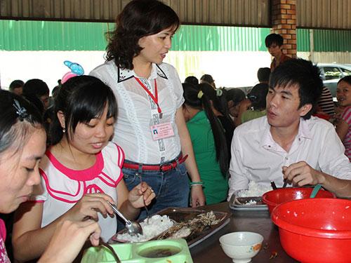 Bà Nguyễn Thị Nguyệt, Chủ tịch Công đoàn Công ty Cường Tài (đứng), thăm hỏi đời sống công nhân