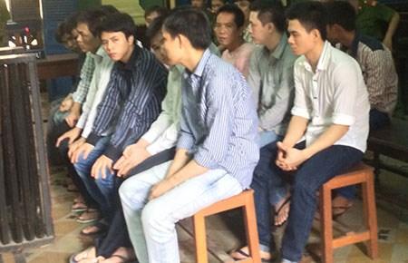 Băng này từng bị TAND Thủ Thừa, Long An tuyên phạt từ 8 đến 11 năm tù do dùng mã tấu chém người, cướp xe