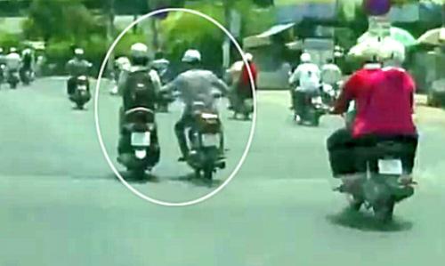 Phụ nữ đi xe máy mang theo giỏi xách dễ trở thành con mồi cho kẻ cướp. Ảnh minh họa