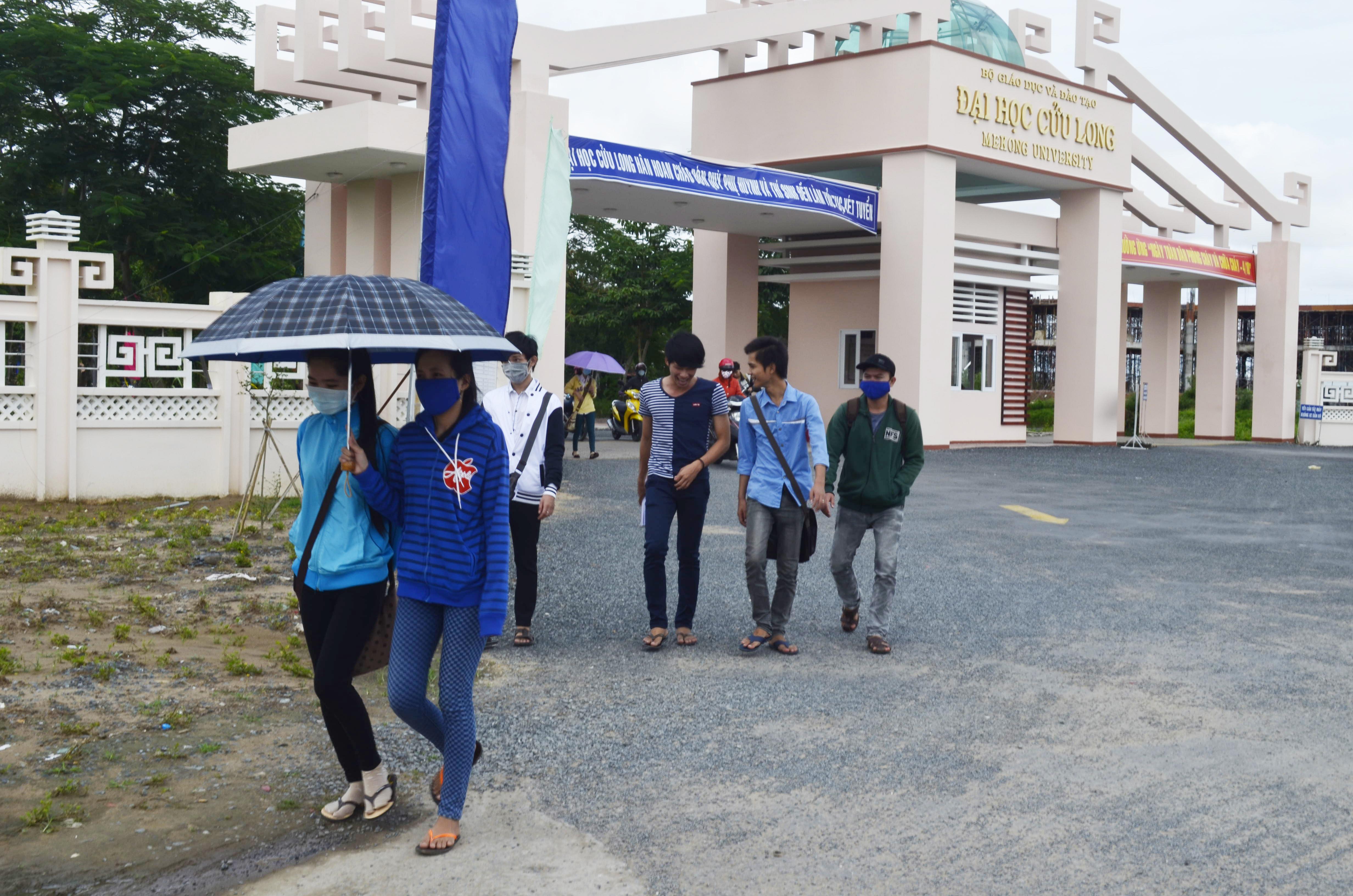 Những ngày qua, sinh viên Trường ĐH Cửu Long vẫn tiếp tục mặc quần jeans đến trường
