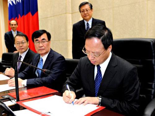 Ông Giang Nghi Hoa ký giấy tờ liên quan đến sự từ chức của nội các Đài Loan  hôm 1-12  Ảnh: EPA