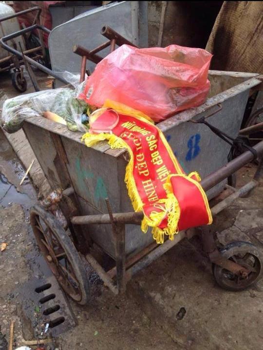 Dải băng danh hiệu Người đẹp hình thể cuộc thi Nữ hoàng sắc đẹp Việt Nam 2014 bị thí sinh Ngọc Bích vứt vào xe rác. Ảnh: Facebook
