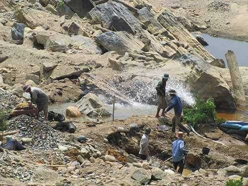 """Đoạn sông từ Nhà máy Thủy Điện Đắk Mi 4 đến Bến Giằng cạn kiệt, trở thành dòng sông """"chết"""" từ khi có thủy điện. Ảnh: Hoàng Dũng"""