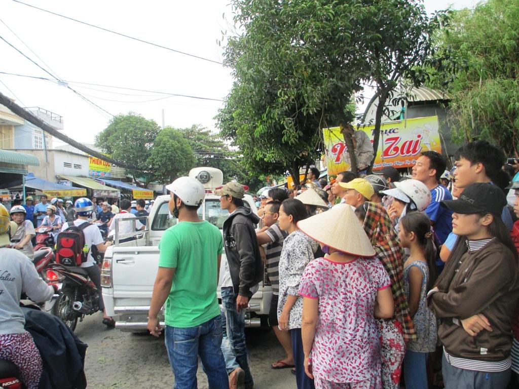 Hàng trăm người dân hiếu kì kéo đến xem công an bao vây phòng trọ