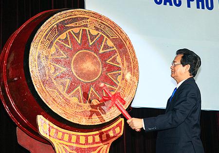 Thủ tướng đánh trống khai giảng năm học mới ĐH Quốc gia Hà Nôi. Ảnh: Nhật Bắc.