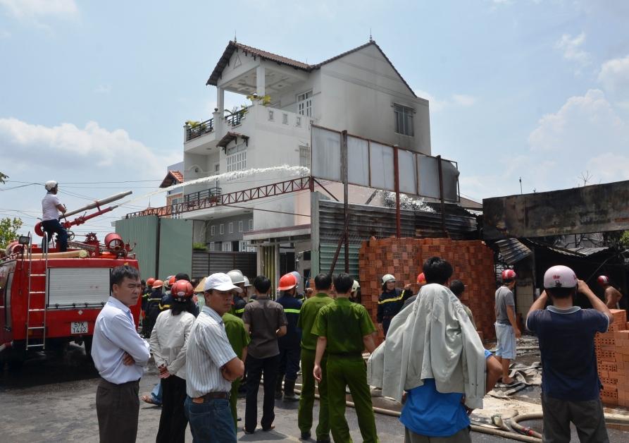 Cảnh sát PCCC phun nước dập đám cháy xe bồn chở xăng.