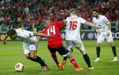 Hàng phòng ngự Sevilla (áo trắng) vô hiệu hóa các chân sút Benfica