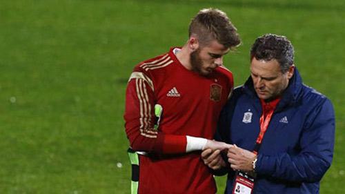 Thủ môn De Gea bị đau sau pha cản cú sút mạnh của đồng đội