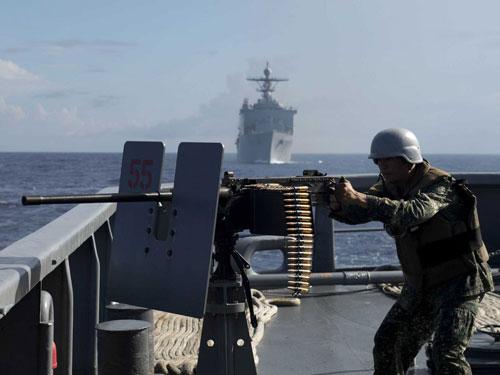 """Binh lính Philippines trong cuộc tập trận """"Hợp tác huấn luyện và sẵn sàng chiến đấu trên biển"""" (CARAT) tháng 6-2014 ở biển Đông Ảnh: REUTERS"""
