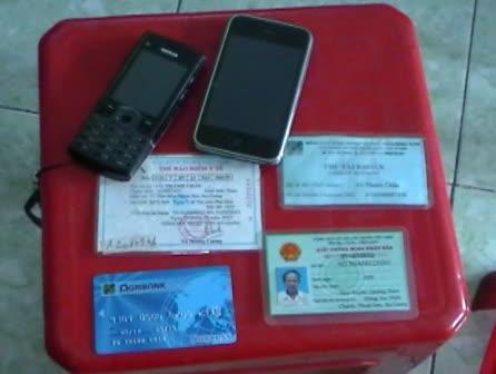 Điện thoại và giấy tờ, thẻ ATM của ông già ăn xin xài Iphone