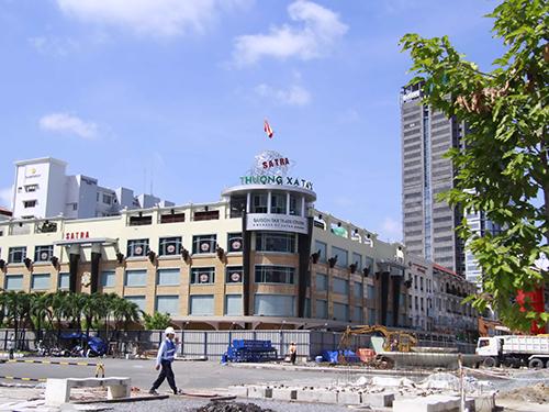 Thương xá Tax đã đóng cửa để bàn giao một phần mặt bằng xây dựng nhà ga tuyến Metro số 1Ảnh: HOÀNG TRIỀU