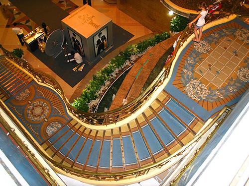 Tay vịn cầu thang có hình con gà và cầu thang uốn trong Thương xá TaxẢnh: SATRA cung cấp