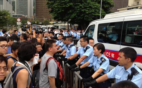 Người biểu tình tụ tập trước văn phòng đặc khu trưởng. Ảnh: SCMP