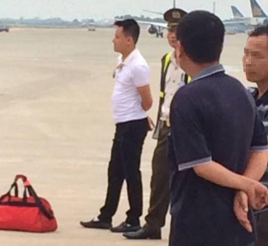 Nam thanh niên dọa có bom trong hành lý tại sân bay Nội Bài (người mặc áo trắng). Ảnh: Soha