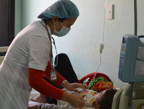 Một trong số 2 em học sinh đang phải điều trị tại bệnh viện sau khi chơi các gói đồ chơi có xuất xứ từ Trung Quốc