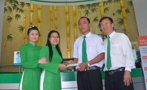 Ông Nguyễn Tuấn sinh cùng BCH Công đoàn Tập đoàn Mai Linh tặng thưởng cho anh Chiến