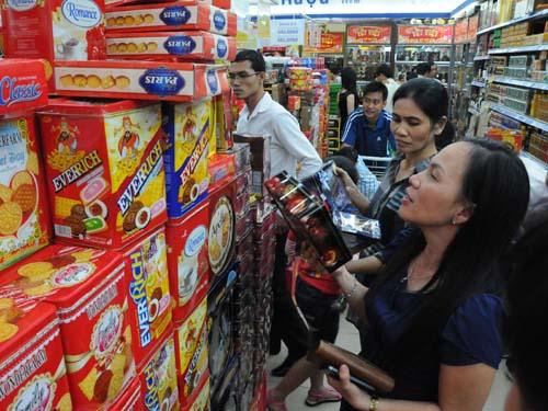 Đông đảo khách hàng mua sắm tại hệ thống Co.op Mart. Ảnh: Hồng Thúy