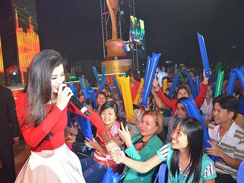 Ca sĩ Đông Nhi giao lưu với khán giả