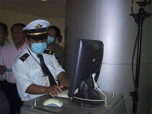 Đo thân nhiệt hành khách nhập cảnh tại sân bay Tân Sơn Nhất. Ảnh: Nguyễn Thạnh