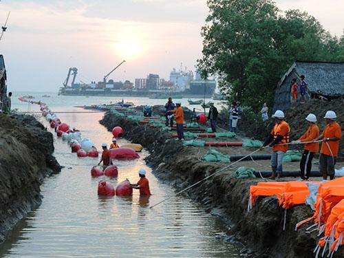 Công nhân nhà thầu Prysmian kéo cáp điện ngầm xuyên biển Hà Tiên - Phú Quốc