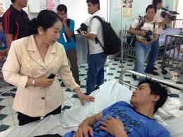 Bà Võ Thị Dung, Chủ tịch UBMTTQ VN TP HCM, thăm nạn nhân của vụ chìm tàu