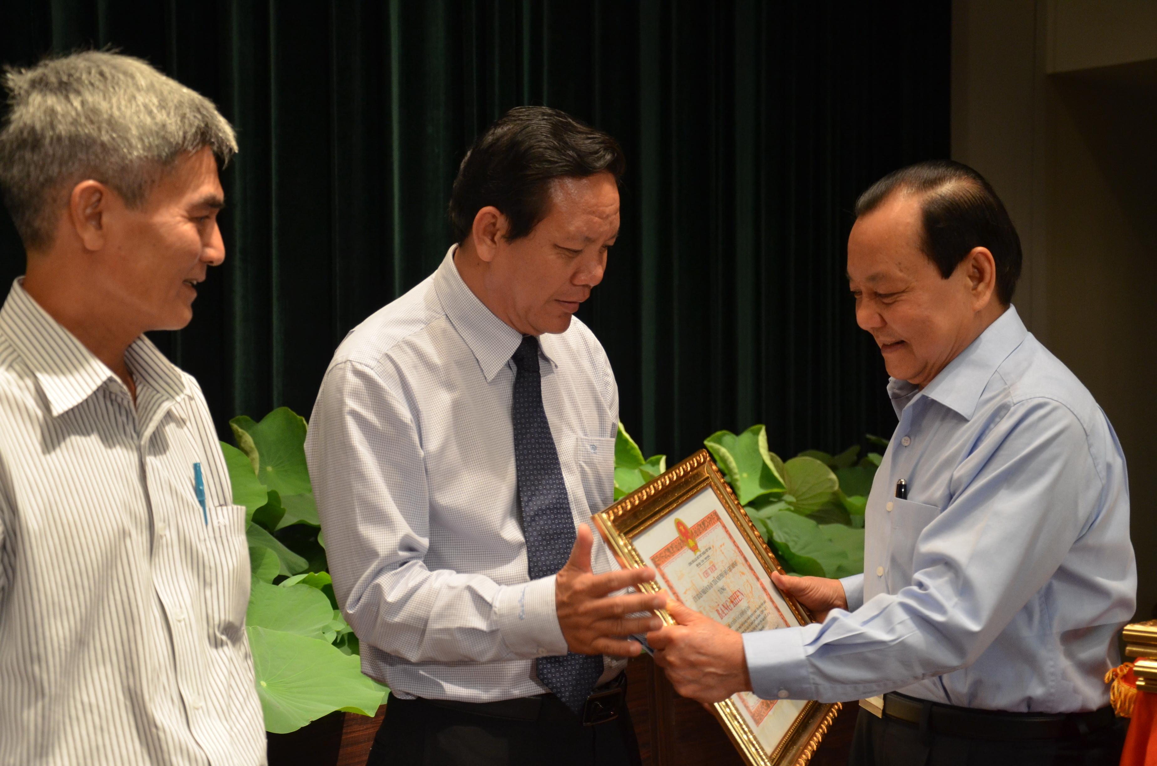 Bí thư Thành ủy TP HCM Lê Thanh Hải tặng bằng khen cho các tập thể có thành tích xuất sắc trong công tác giảm nghèo.