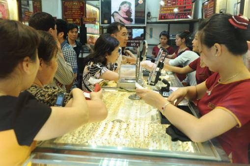 Bảo Tín Minh Châu cho biết do giá vàng tăng mạnh nên mua bán có phần tấp nập hơn.