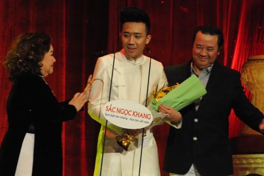 Và cùng với NDND Ngọc Giàu trao giải cho diễn viên hài Trấn Thành vào năm 2013