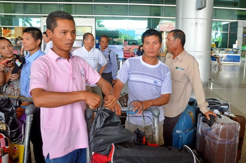 25 lao động từ Libya về đe1 sân bay Tân Sơn Nhất ngày 9-8. Ảnh: TẤN THẠNH