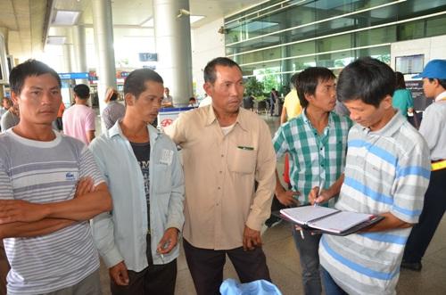 Người lao động thuật lại hành trình khổ ải rời Libya về việt nam cho phóng viên Báo Người Lao động. Ảnh: TẤN THẠNH