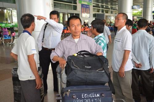 Lao động Nguyễn Đức Hậu (50 tuổi, quê Thạch Thất, Hà Nội) vui mừng khi về nước an toàn. Ảnh: TẤN THẠNH