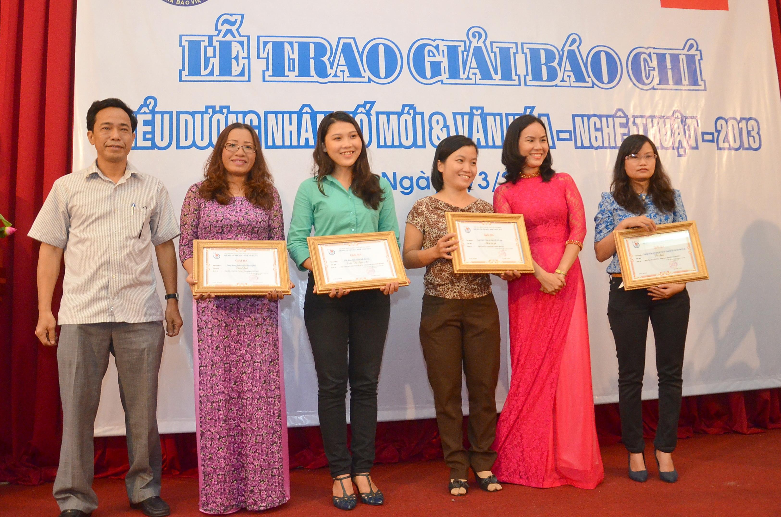Thay mặt Ban tổ chức, ông Đỗ Danh Phương, Tổng Biên tập Báo Người Lao Động, trao giải cho các tác giả