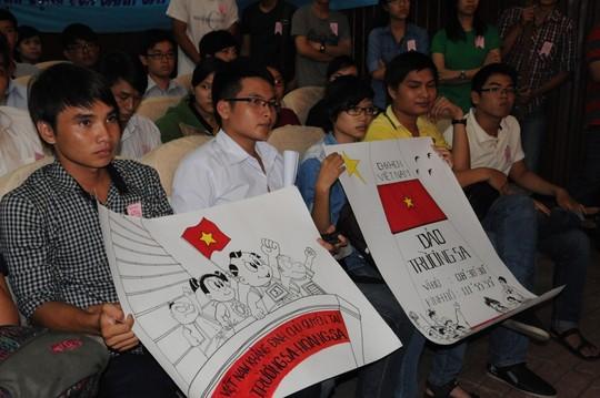 Các bạn trẻ dự mít tinh phản đối hành vi ngang ngược của Trung Quốc vào ngày 10-5 ở TP HCM. Ảnh: HỒNG THÚY