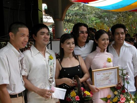Thanh Thúy và Đức Thịnh (bìa phải) nhận giấy chứng nhận cùng một số nghệ sĩ khác.