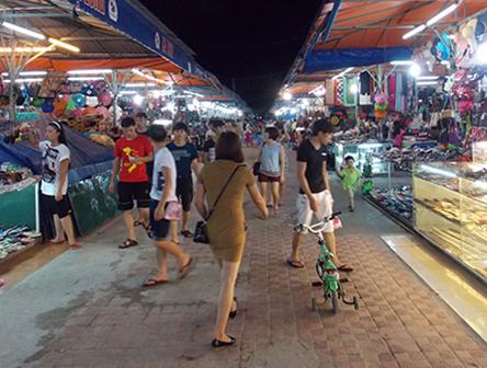 Chợ đêm Bãi Cháy. Ảnh: VHDN