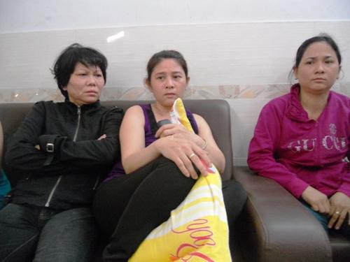 Mẹ nạn nhân Lư Vĩnh Đạt (ngồi giữa) rầu rĩ chờ an táng con