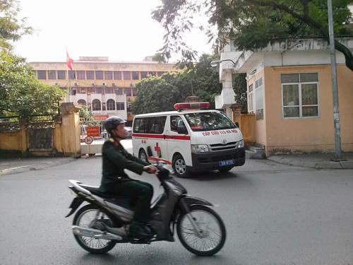 Xe chở bị cáo Trần Ngọc Thanh đi cấp cứu phóng nhanh ra khỏi cổng tòa án
