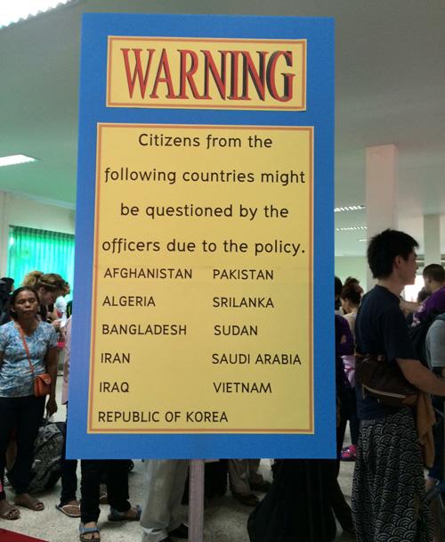 Bảng cảnh báo dành cho du khách từ một số nước, trong đó có Việt Nam, khi nhập cảnh vào Thái Lan. Ảnh: Thái Phương